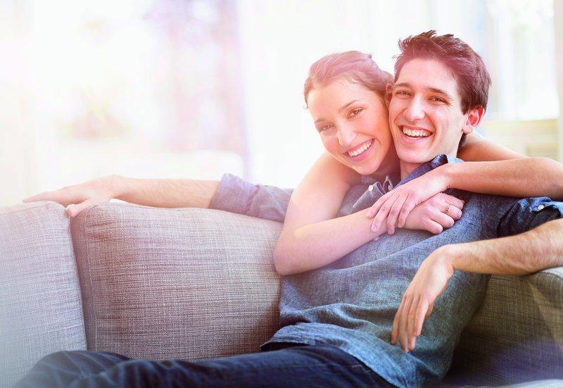 Wenn zwei zusammenziehen: Was Paare bedenken sollten | Naspa